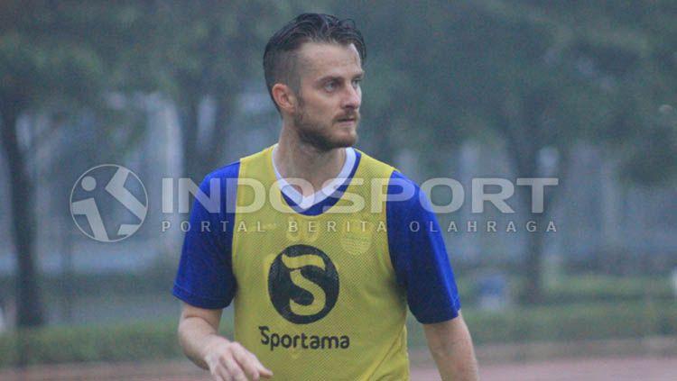 Pemain anyar Persib Bandung, Rene Mihelic tampak serius saat sedang latihan. Copyright: © Arif Rahman/INDOSPORT