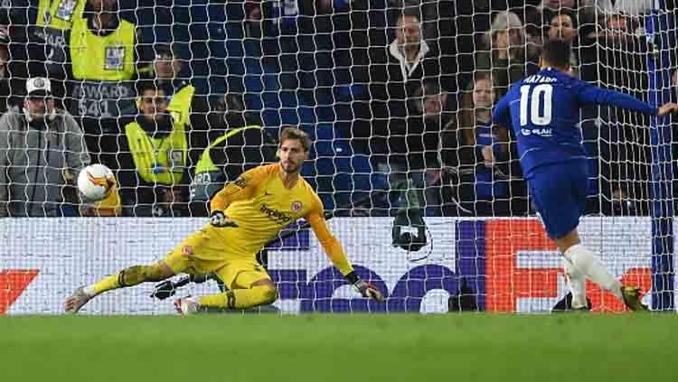 Momen ketika pemain megabintang Chelsea, Eden Hazard menjadi algojo terakhir dalam adu penalti melawan Frankfurt. Copyright: © Harriet Lander/GettyImages