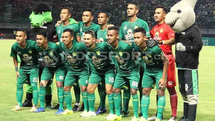 Skuat Persebaya berfoto sebelum melawan Persela di Stadion GBT. Copyright: © Fitra Herdian/INDOSPORT