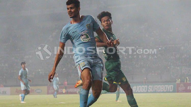 Suasana permainan di laga Persebaya Surabaya vs Persela di Stadion GBT. Copyright: © Fitra Herdian/INDOSPORT