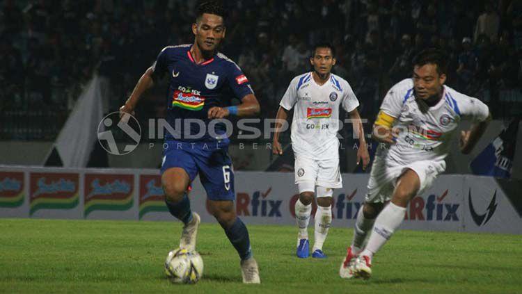 Pemain PSIS coba mempertahankan bola dari rebutan pemain Arema FC. Ronald Seger Prabowo/INDOSPORT Copyright: © Ronald Seger Prabowo/INDOSPORT.