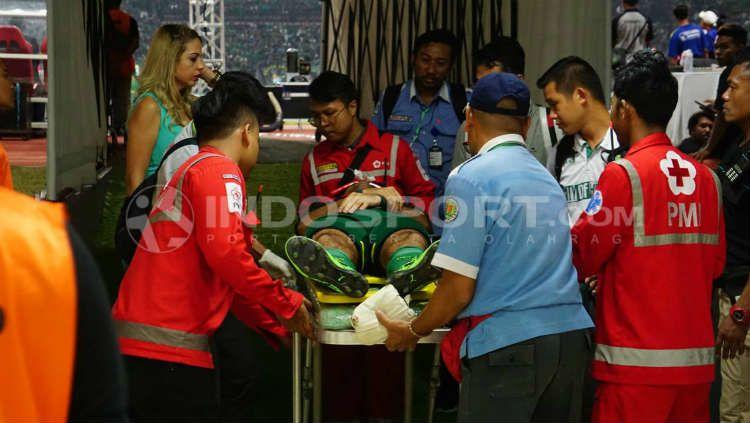 Otavio Dutra saat menjalani perawatan oleh tim medis. Copyright: © INDOSPORT/Fitra Herdian