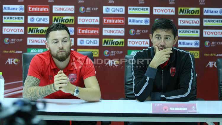 Pelatih PSM Makassar, Darije Kalezic dan Marc Klok (merah) saat konferensi pers jelang laga Lao Toyota vs PSM Makassar. Foto: MO PSM Makassar Copyright: © MO PSM Makassar