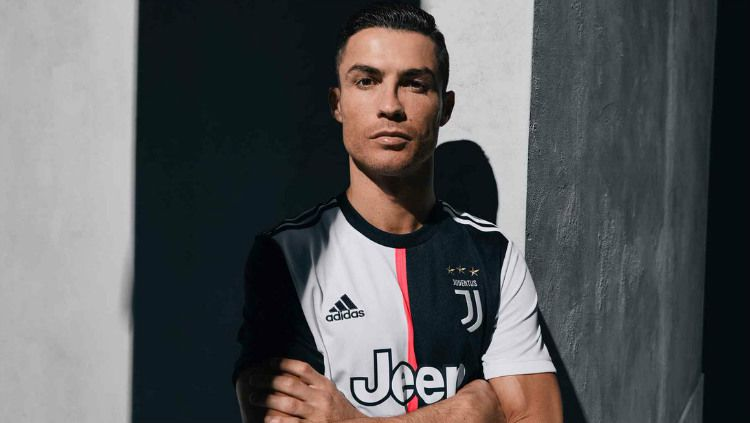 Pemain Juventus asal Portugal, Cristiano Ronaldo, menyenangkan ratusan penggemar di Singapura sebelum kembali ke Italia. Copyright: © Twitter/Juventus
