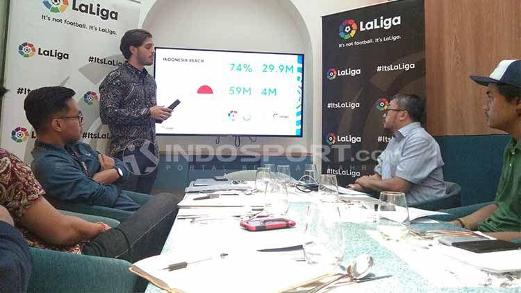 Delegasi LaLiga Spanyol untuk Indonesia, Rodrigo Gallego, memaparkan kondisi pertumbuhan ekonomi brand tersebut dalam acara buka bersama di Jakarta, Selasa (14/5/19) Copyright: © Theresia Ruth Simanjuntak/INDOSPORT