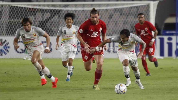 Steven Paulle kejar bola dari kaki pemain Shan United. Foto Herry Ibrahim/INDOSPORT Copyright: © Herry Ibrahim/INDOSPORT