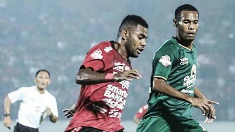 Situasi duel pemain Bali United vs Persebaya. Copyright: © baliunitedfc