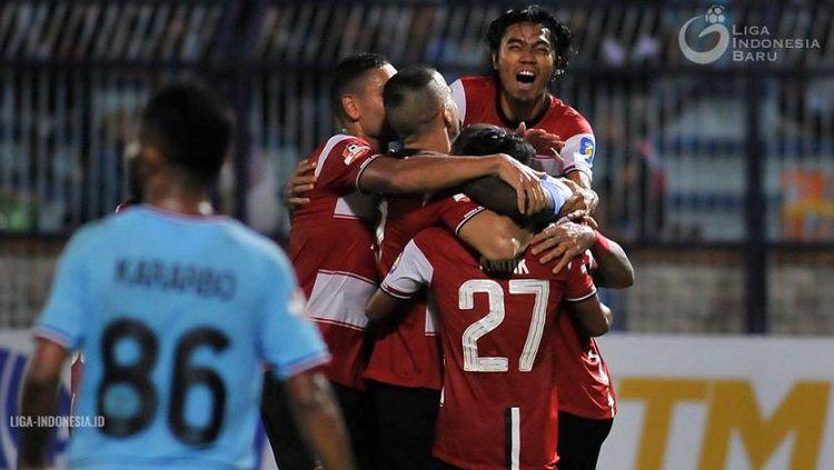 Pemain Madura United merayakan gol ke gawang Persela Lamongan dalam pertandingan Liga 1 di Stadion Surajaya, Jumat (17/5/19). Liga Indonesia Copyright: © Liga Indonesia