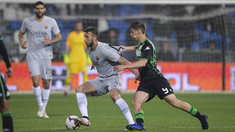 Pemain AS Roma berusaha menjaga bola dari pemain Sassuolo. (twitter.com/ASRomaEN) Copyright: © (twitter.com/ASRomaEN)