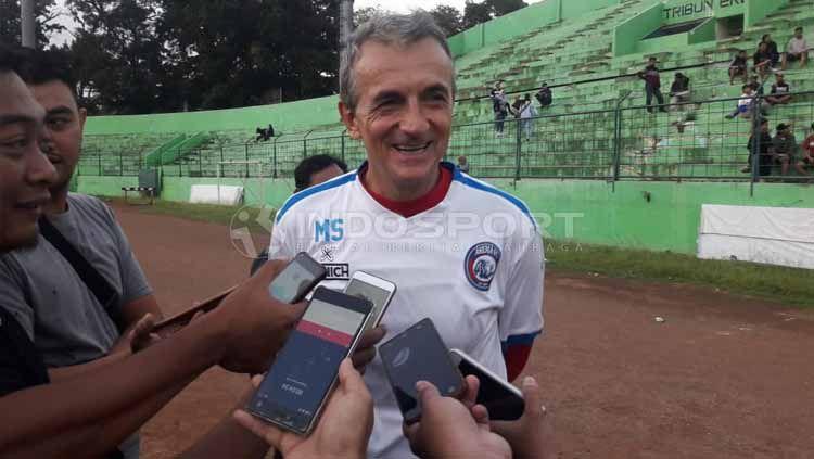 Pelatih Arema FC, Milomir Seslija memberikan keterangan kepada awak media usai memimpin sesi latihan. Copyright: © Ian Setiawan/INDOSPORT