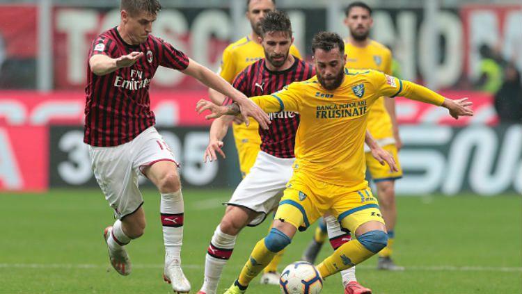 Pemain AC Milan, Krzysztof Piątek saat berusha mengambil bola dari kaki pemain Frosinone (Emilio Andreoli-Getty Images) Copyright: © (Emilio Andreoli-Getty Images)