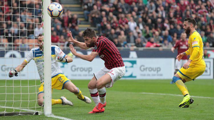 Pemain AC Milan, Fabio Borini berusaha menggapai bola (Emilio Andreoli-Getty Images) Copyright: © (Emilio Andreoli-Getty Images)