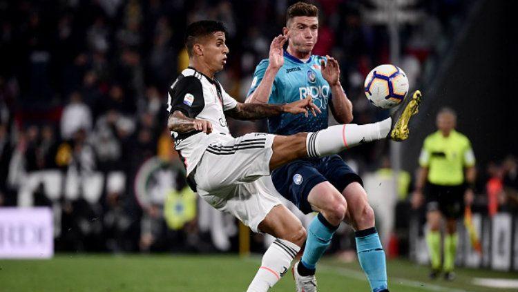 Joao Cancelo berusaha merebut bola dari pemain Atalanta (MARCO BERTORELLO-AFP-Getty Images) Copyright: © (MARCO BERTORELLO-AFP-Getty Images)