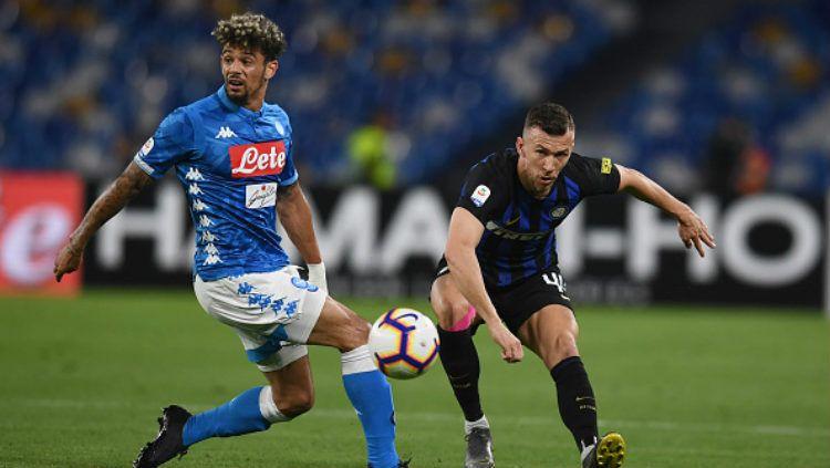 Ivan Perisic saat melepaskan tendangan di laga melawan Napoli. Copyright: © Claudio Villa via Getty Images