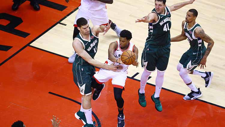 Duel pemain Toronto Raptors dan Milwaukee Bucks. Copyright: © Vaughn Ridley/Getty Images