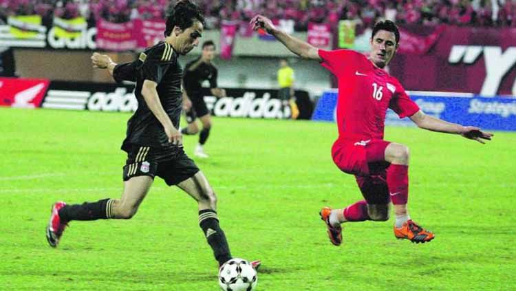 Pemain Liverpool, Yossi Benayoun menghadapi pemain Singapura Daniel Bennett selama Piala Merlion 2009. Copyright: © todayonline.com