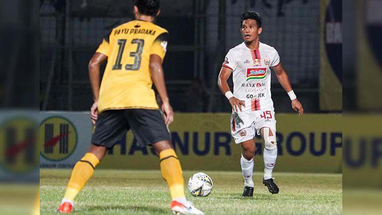 Sandi Sute mendapat pengawalan pemain lawan pada laga Barito Putera vs Persija Jakarta. Copyright: © Media Persija