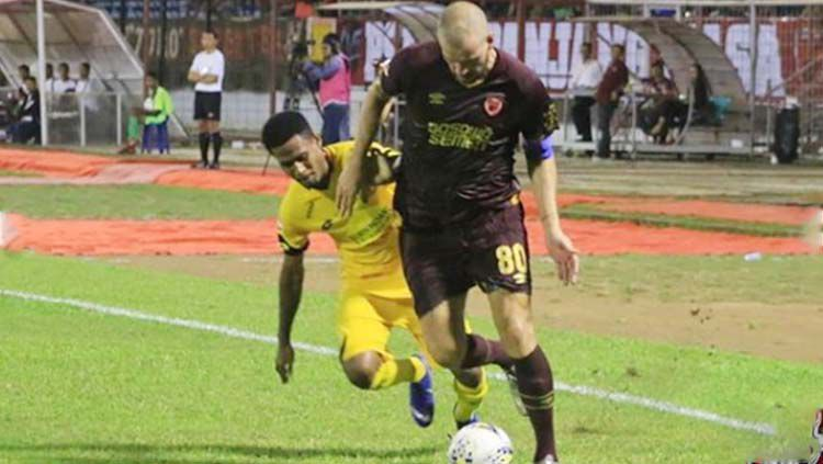 Wiljan Pluim mengontrol bola dari pemain Semen Padang Copyright: © psm_update