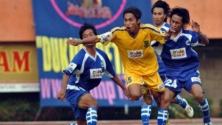 Aliyudin saat bermain untuk Persikota dan tengah dijegal dua pemain Persitara. Copyright: © Antara Foto