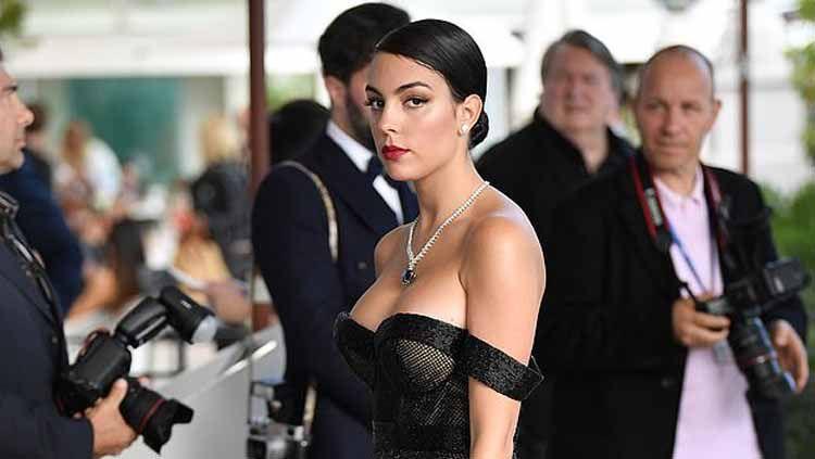 Kekasih Ronaldo, Georgina Rodriguez mengenakan gaun hitam saat menghadiri acara film Hollywood. Copyright: © GC Images