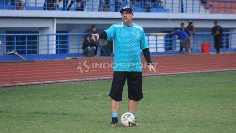 Robert Rene Alberts akan memantau sungguh-sungguh laga uji coba Persib Bandung vs Persib B. Copyright: © Arif Rahman/INDOSPORT