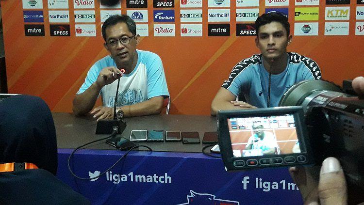 Aji Santoso (kiri) dalam konferensi pers seusai laga Persela vs Persipura di Lamongan, Rabu (22/05/19). Copyright: © Ian Setiawan/INDOSPORT