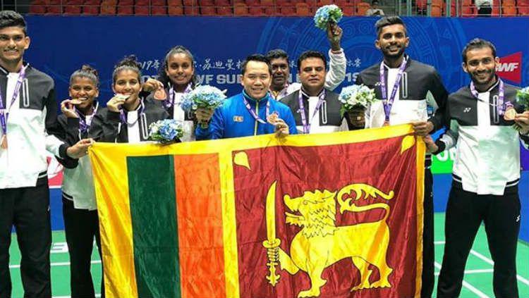 Pelatih asal Indonesia, Tony Wahyudi (jaket biru), membawa tim Sri Lanka meraih medali emas Piala Sudirman 2019. Copyright: © Instagram/Tony Wahyudi
