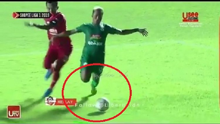 Pemain PSS Sleman, Kushedya Yudo (kanan), saat terjatuh di kotak penalti Semen Padang. Copyright: © UseeTV