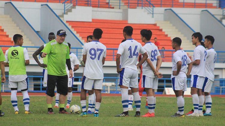 Robert Rene Alberts tengah memimpin latihan Persib Bandung di Stadion SPOrT Jabar, Arcamanik, Minggu (26/05/19). Copyright: © Arif Rahman/INDOSPORT