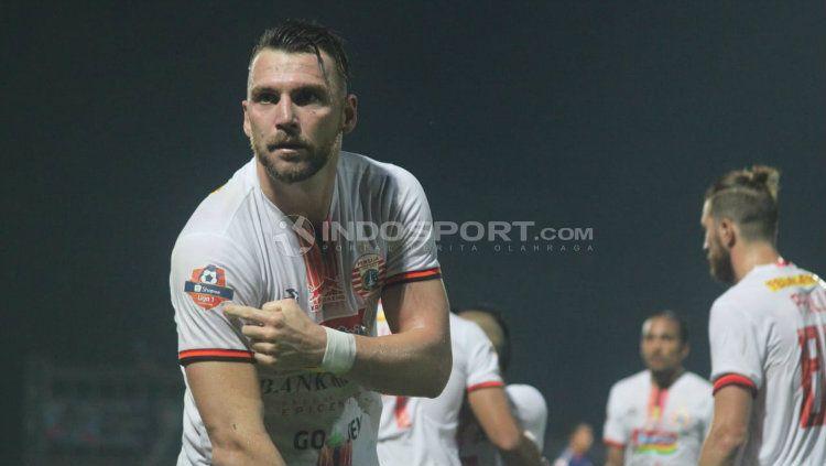 Marko Simic menunjukkan badge juara Liga 1 saat melawan PSIS Semarang. Ronald S/INDOSPORT.COM Copyright: © Ronald S/INDOSPORT.COM