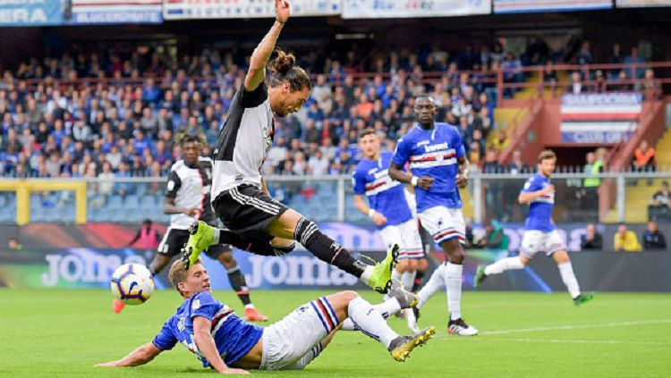 Pemain Juventus, Martin Caceres, berusaha menghindari tekel yang dilakukan oleh pemain Sampdoria. Daniele Badolato/Getty Images. Copyright: © Daniele Badolato/Getty Images