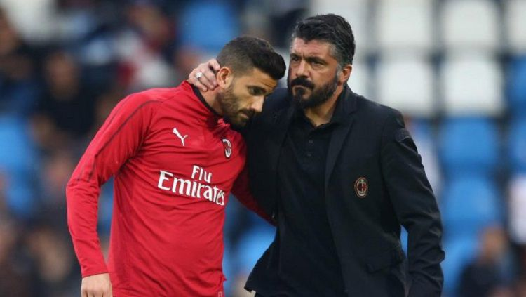 Pelatih AC Milan, Gennaro Gattuso, merangkul pemainnya di laga melawan SPAL (27/05/19) Copyright: © Twitter/@acmilan