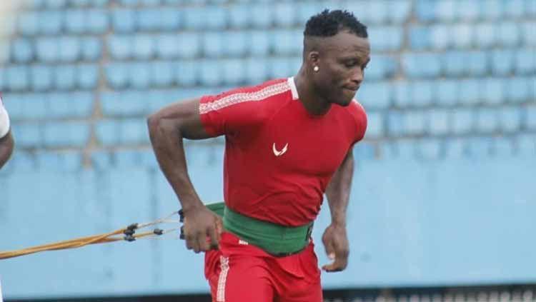 Gelandang Persipura Jayapura, Ibrahim Conteh, dipanggil ke skuat Sierra Leone untuk Kualifikasi Piala Afrika pada 13 dan 17 November 2019. Copyright: © Media Officer Persipura