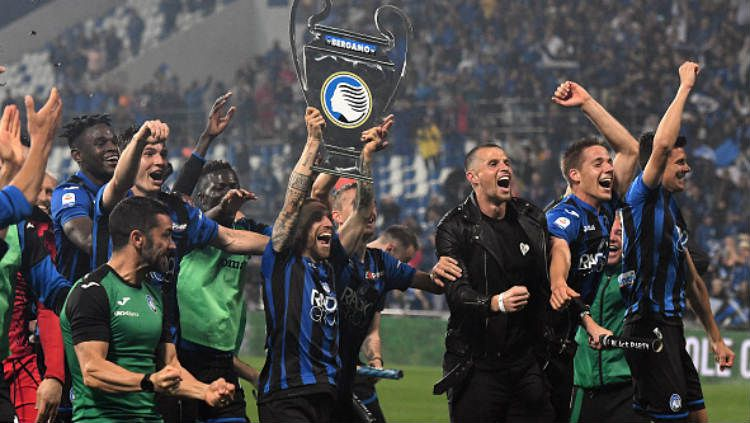 Para pemain Atalanta melakukan selebrasi karena lolos ke Liga Champions 2019/20. Copyright: © Alex Caparros/Getty Images