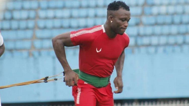 Salah satu pemain asing Persipura, Ibrahim Conteh, saat menjalani sesi latihan di Stadion Mandala. Copyright: © Media Persipura
