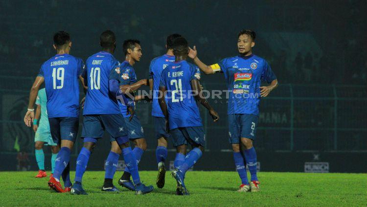 Selebrasi para pemain Arema FC usai mengalahkan Persela. Ian Setiawan/INDOSPORT.COM Copyright: © Ian Setiawan/INDOSPORT.COM