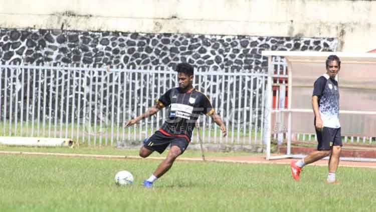 Nampak Gelandang Persipura Jayapura, Imanuel Wanggai saat menjalani sesi latihan di Stadion Mandala / Sudjarwo Copyright: © Sudjarwo