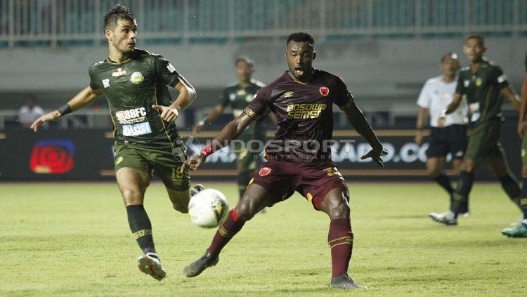 Perebutan bola di tengah lapangan Copyright: © Herry Ibrahim/INDOSPORT