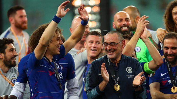 David Luiz dan Maurizio Sarri merayakan kemenangan Chelsea di Final Liga Europa 2018/19. Copyright: © Robbie Jay Barratt - AMA / Contributor / Getty Images