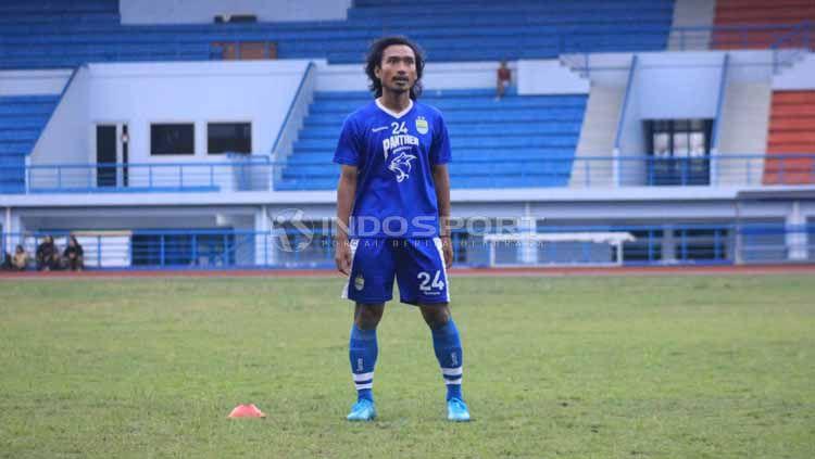 Pemain gelandang Persib, Hariono saat berlatih di Stadion SPOrT Jabar, Arcamanik, Kota Bandung, Jumat (31/5/19). Foto: Arif Rahman/INDOSPORT Copyright: © Arif Rahman/INDOSPORT