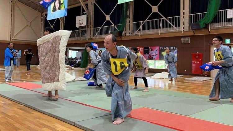 Olahraga perang bantal di Jepang Copyright: © Reuters / Jack Tarrant
