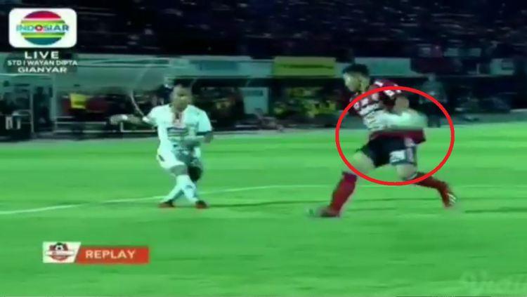 Cuplikan Handball yang dilakukan Ricky Fajrin di kotak penalti Bali United. Copyright: © INDOSIAR