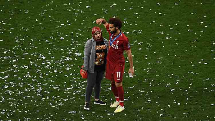 Mohamed Salah dan istrinya di perayaan Liga Champions. Copyright: © David Ramos/Getty Images