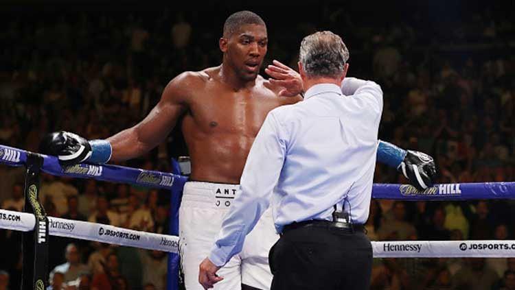 Petinju asal Inggris, Anthony Joshua menantang sang peraih juara WBC, Tyson Fury bertarung dengannya, untuk membuktikan siapa petinju kelas berat nomor satu di dunia. Copyright: © Al Bello/Getty Images