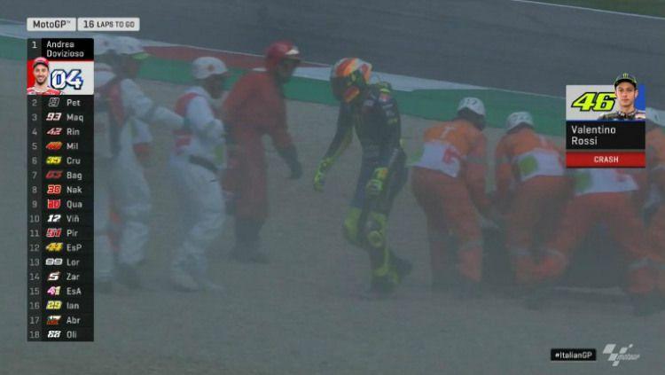 Valentino Rossi jatuh di GP Italia 2019. Copyright: © Twitter.com/@MotoGP