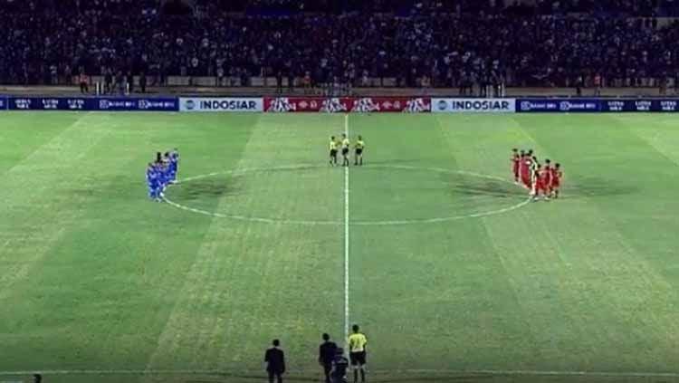 Momen menghengingkan cipta untuk almarhumah Ani Yudhoyono jelang laga Timnas Indonesia U-23 vs PSIM Yogyakarta di Stadion Sultan Agung, Bantul, Minggu (2/6/19). Foto: vidio.com Copyright: © vidio.com