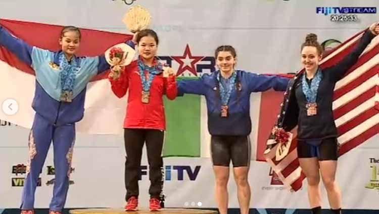 Atlet angkat besi, Windy Cantika Aisah (kiri) berhasil meraih tiga medali perak di Kejuaraan Dunia Angkat Besi Remaja 2019. Foto: Instagram@nahrawi_imam Copyright: © Instagram@nahrawi_imam