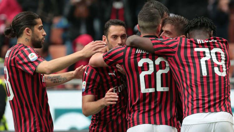 Skuat AC Milan mendapat sambutan meriah dari pendukung mereka saat menjalani latihan pramusim. Emilio Andreolli/Getty Images. Copyright: © Emilio Andreolli/Getty Images