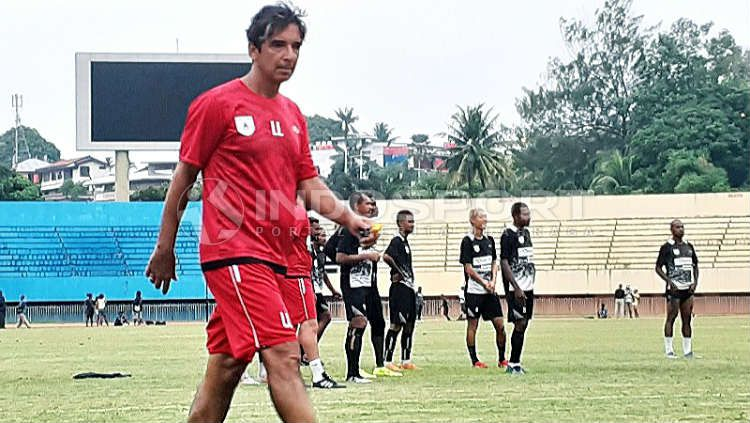 Luciano Leandro saat masih menjadi kepala pelatih Persipura Jayapura di Shopee Liga 1 2019. Copyright: © Sudjarwo/INDOSPORT