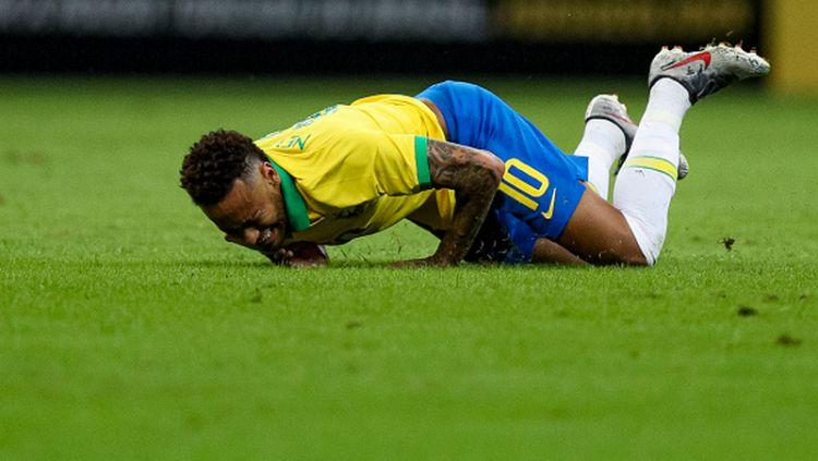 Neymar tersungkur pasca mendapatkan tekel para di laga Brasil vs Qatar Copyright: © Buda Mendes / Staff / Getty Images